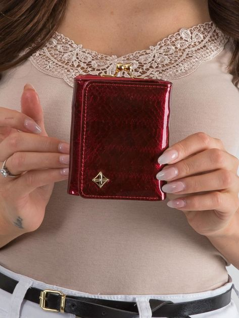 Czerwony lakierowany portfel z motywem zwierzęcym
