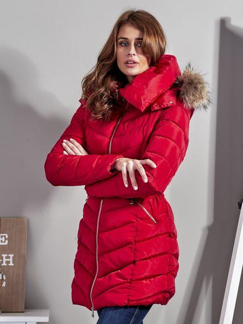 Czerwony pikowany płaszcz damski z futrzanym kołnierzem                              zdj.                              3