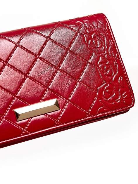 Czerwony pikowany portfel z kwiatowym tłoczeniem                                  zdj.                                  6