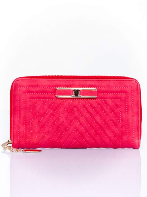 Czerwony pikowany portfel z ozdobną klamerką                                  zdj.                                  1