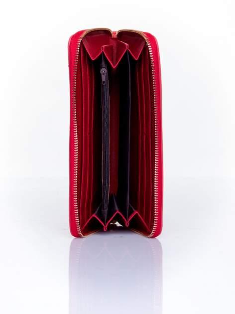 Czerwony pikowany portfel z ozdobną klamerką                                  zdj.                                  4