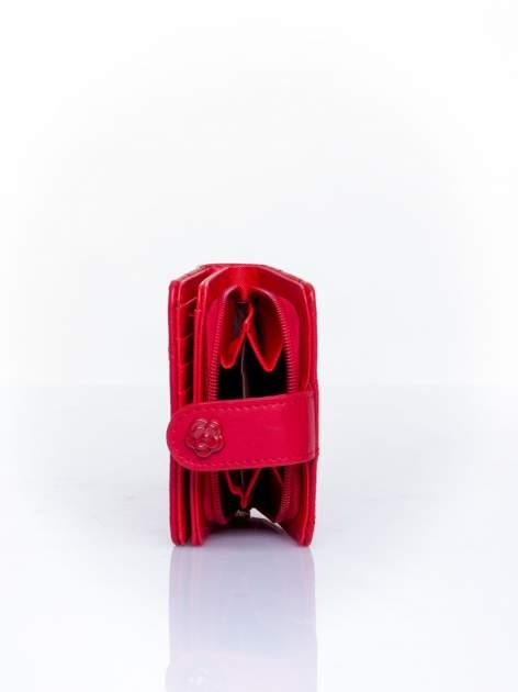 Czerwony pikowany portfel z ozdobnym zapięciem                                  zdj.                                  4