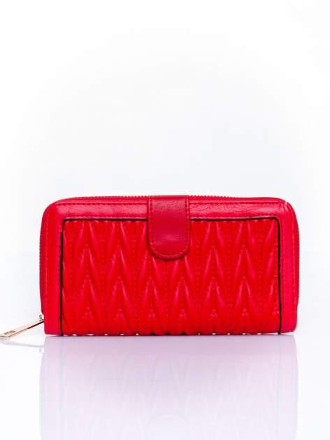 Czerwony pikowany portfel ze złotym suwakiem
