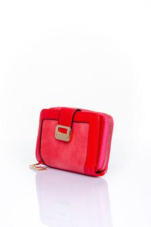 Czerwony portfel z ozdobną złotą klamrą                                  zdj.                                  3