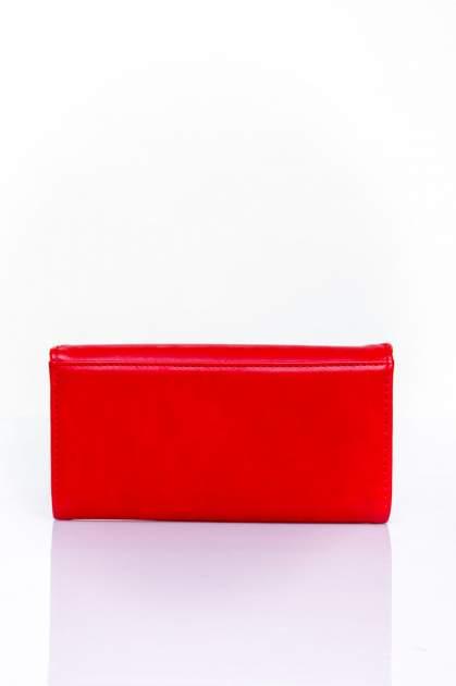 Czerwony portfel z ozdobnym detalem i złotymi okuciami                                  zdj.                                  2