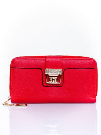 Czerwony portfel z ozdobnym zapięciem i złotym uchwytem