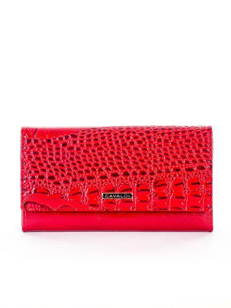 Czerwony portfel z tłoczonym motywem skóry krokodyla