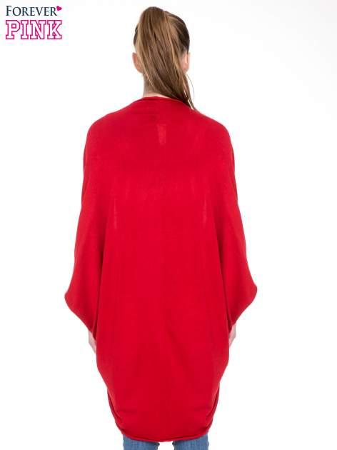 Czerwony sweter narzutka z nietoperzowymi rękawami                                  zdj.                                  4