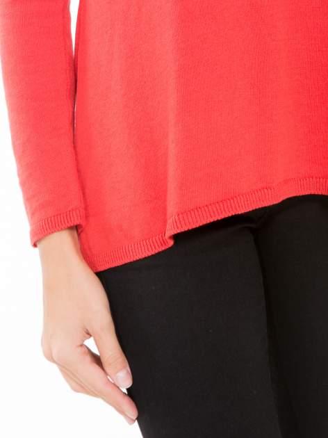 Czerwony sweter z frędzlami przy ramionach i dekoltem na plecach                                  zdj.                                  6