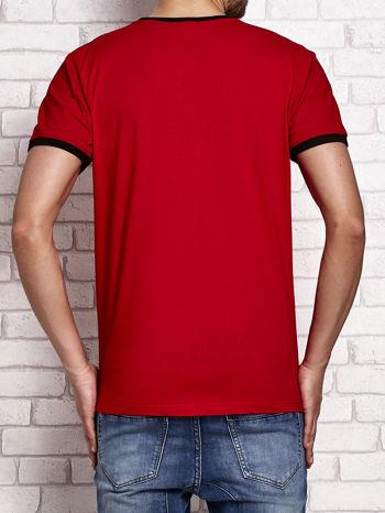 Czerwony t-shirt męski z aplikacjami i napisami