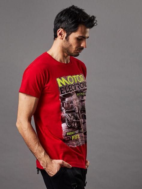 Czerwony t-shirt męski z motocyklem                              zdj.                              5