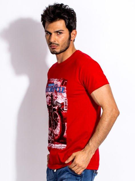 Czerwony t-shirt męski z nadrukiem motocykla                              zdj.                              3