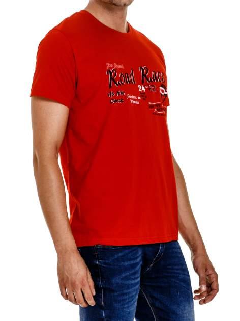 Czerwony t-shirt męski z wyścigowym napisem ROAD RACE                                  zdj.                                  4