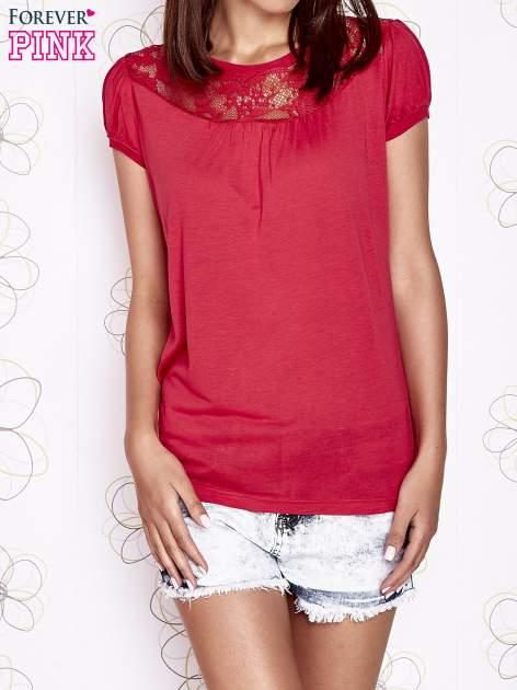 Czerwony t-shirt z ażurowym motywem