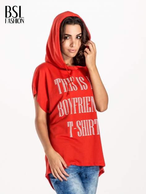 Czerwony t-shirt z kapturem w stylu boyfriend                                  zdj.                                  3