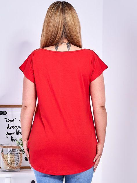 Czerwony t-shirt z kwiatowym printem PLUS SIZE                              zdj.                              2