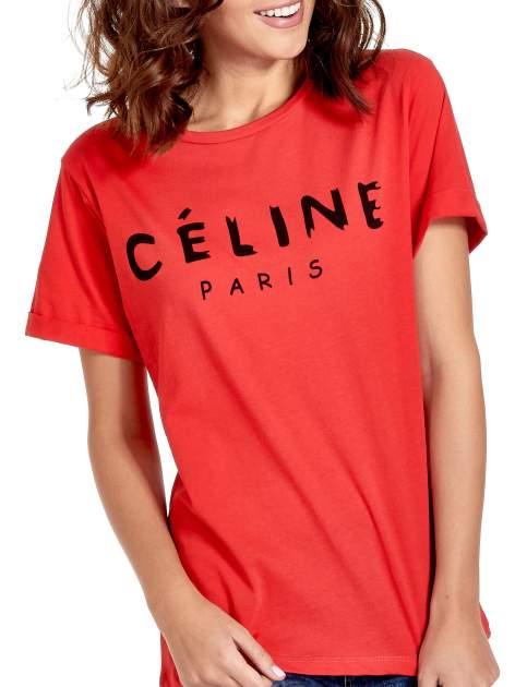 Czerwony t-shirt z modowym napisem CÉLINE PARIS                                  zdj.                                  5