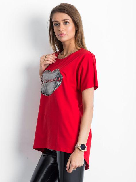 Czerwony t-shirt z motywem ust                              zdj.                              3