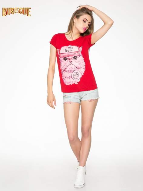 Czerwony t-shirt z nadrukiem kota i napisem CATS RULE                                  zdj.                                  2