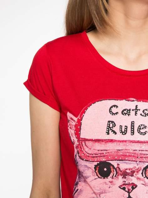 Czerwony t-shirt z nadrukiem kota i napisem CATS RULE                                  zdj.                                  5