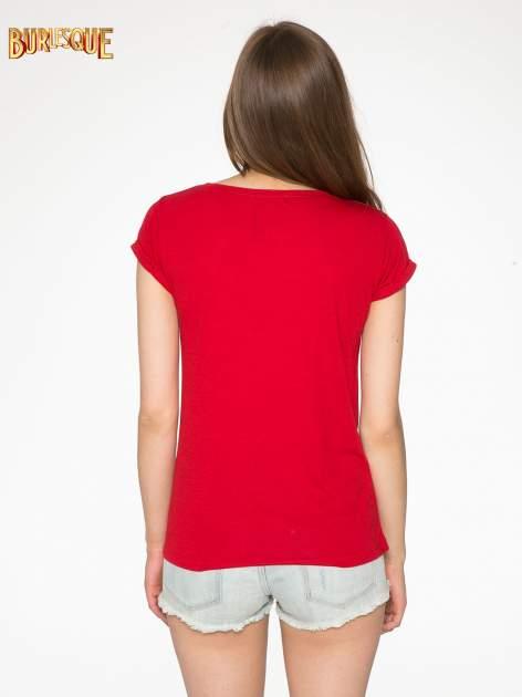 Czerwony t-shirt z nadrukiem kota i napisem CATS RULE                                  zdj.                                  4