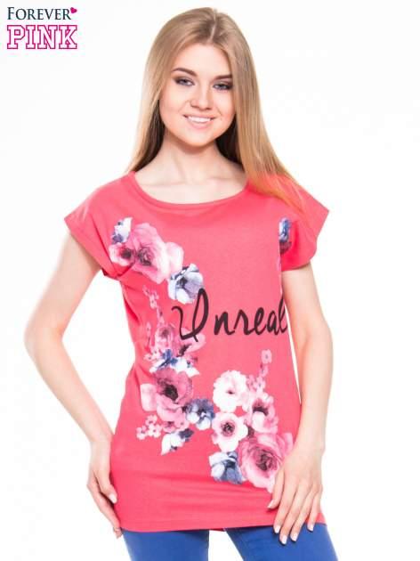 Czerwony  t-shirt z nadrukiem kwiatów i napisem DREAM
