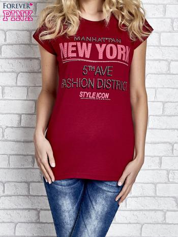 Czerwony t-shirt z napisem FASHION DISTRICT z dżetami                                  zdj.                                  1