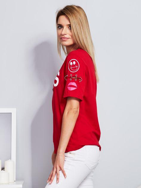 Czerwony t-shirt z napisem i kółeczkami na rękawach                                  zdj.                                  5