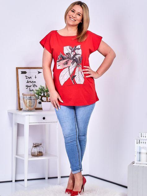 Czerwony t-shirt z roślinnym motywem PLUS SIZE                              zdj.                              4