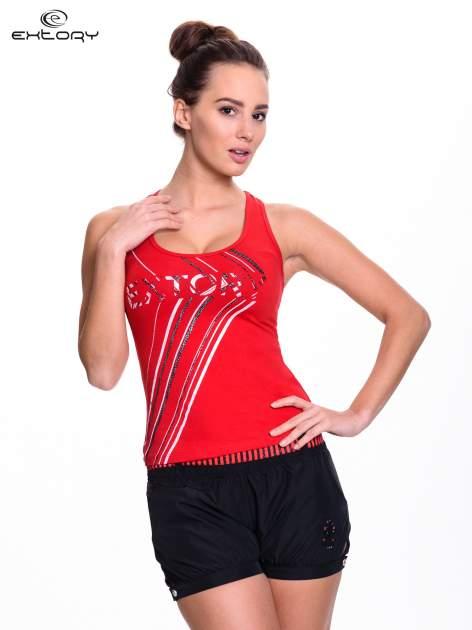 Czerwony top sportowy z logo EXTORY i efektem glitter