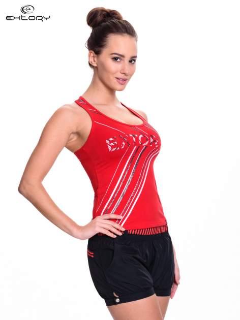 Czerwony top sportowy z logo EXTORY i efektem glitter                                  zdj.                                  3