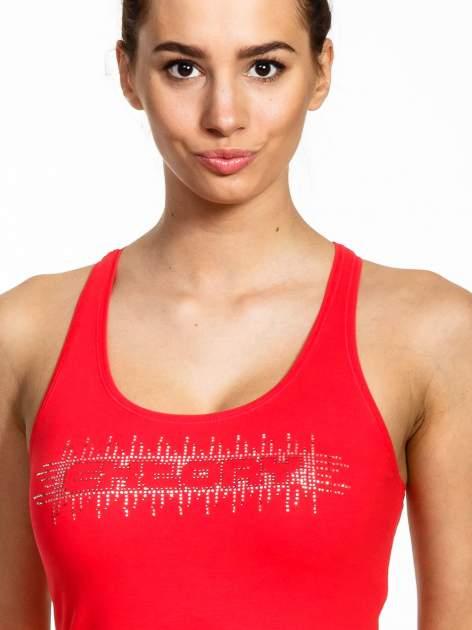 Czerwony top sportowy z logo z dżetów                                  zdj.                                  4