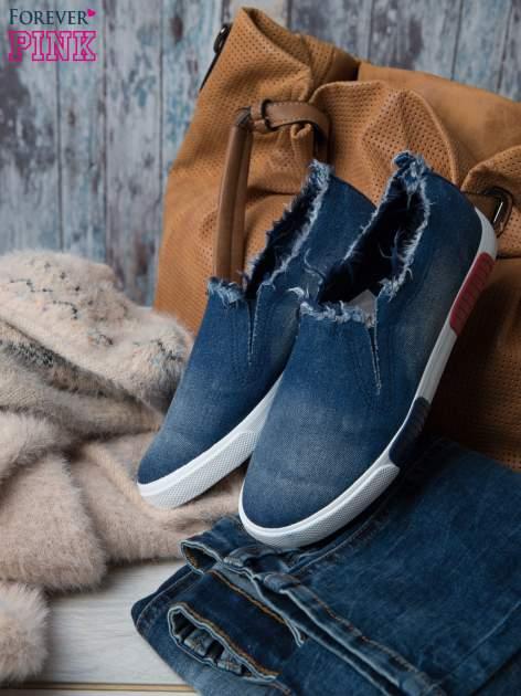 Denimowe buty slipon z postrzępioną cholewką                                  zdj.                                  1