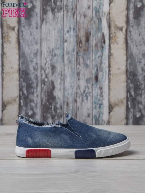 Denimowe buty slipon z postrzępioną cholewką                                  zdj.                                  2