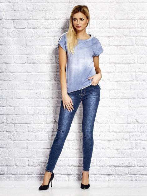 Denimowy t-shirt z koronkowymi wstawkami niebieski                              zdj.                              4