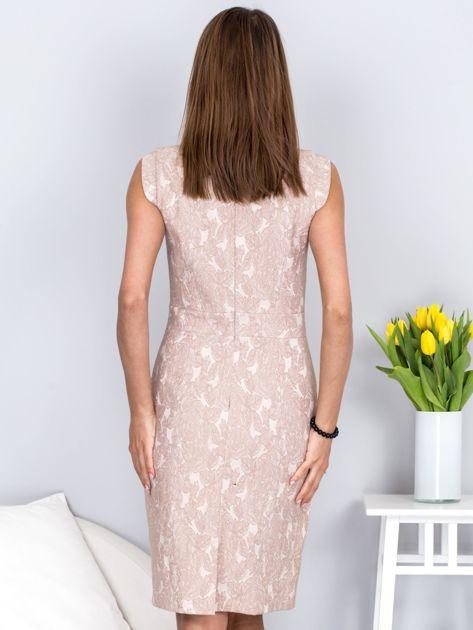Dopasowana beżowa sukienka z kwiatową fakturą                              zdj.                              2