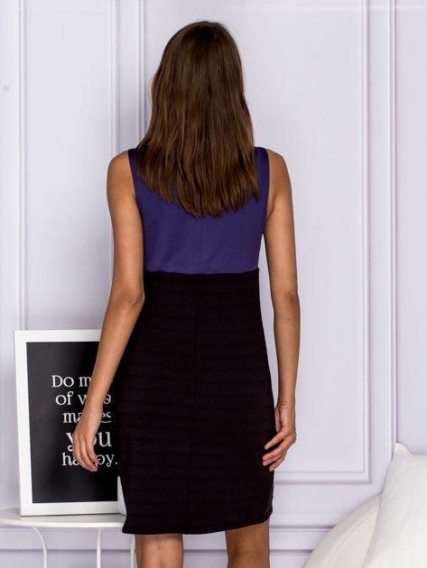 Dopasowana sukienka koktajlowa z dekoltem wodą granatowa                              zdj.                              2