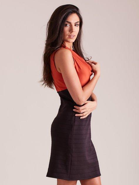Dopasowana sukienka koktajlowa z dekoltem wodą pomarańczowo-czarna                              zdj.                              2