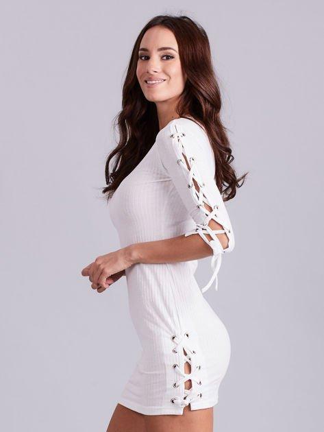 Dopasowana sukienka lace up w szeroki prążek ecru                              zdj.                              2