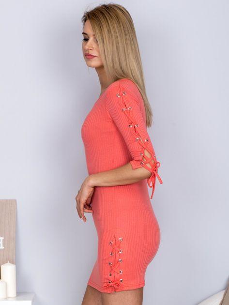 Dopasowana sukienka lace up w szeroki prążek koralowa                              zdj.                              3