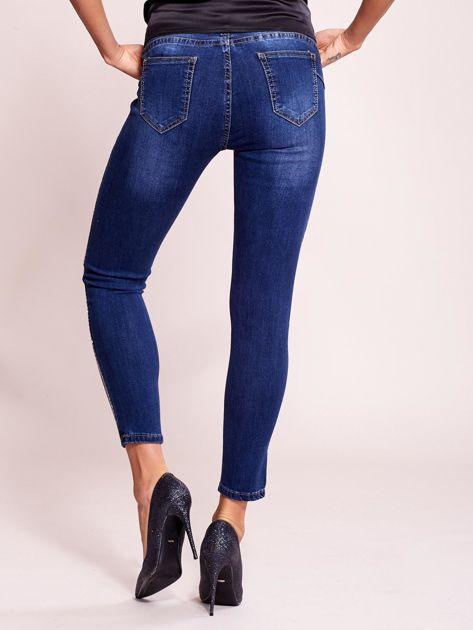 Dopasowane spodnie jeansowe z aplikacją ciemnoniebieskie                              zdj.                              2