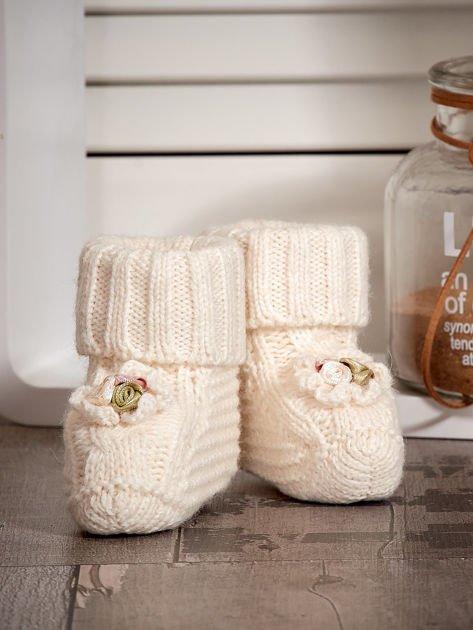 Dziergane buciki dziewczęce z kwiatuszkami ecru                              zdj.                              4