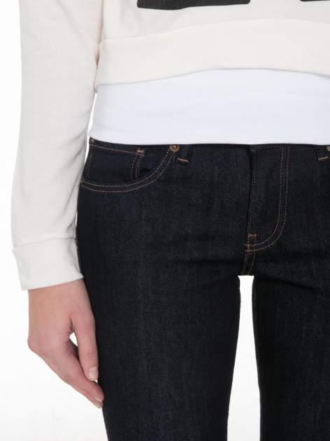 Ecru bluza cropped z katurem i nadrukiem numerycznym                                  zdj.                                  6