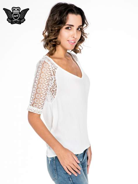 Ecru bluzka koszulowa z koronkowymi rękawami                                  zdj.                                  3