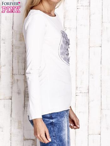 Ecru bluzka z kwiatową aplikacją i surowym wykończeniem                                  zdj.                                  3