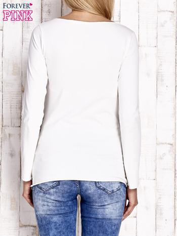 Ecru bluzka z kwiatową aplikacją i surowym wykończeniem                                  zdj.                                  4