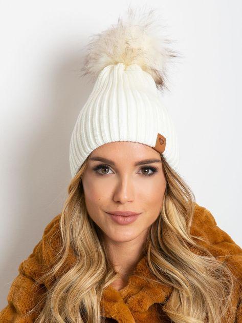 Ecru czapka z wełną