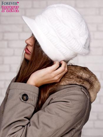 Ecru dziergana czapka z daszkiem                                   zdj.                                  2