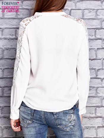 Ecru koszula z koronkowymi wstawkami na ramionach                                   zdj.                                  4
