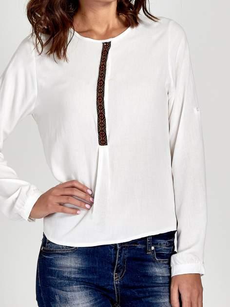 Ecru koszula ze wzorzystą wstawką w stylu etno                                  zdj.                                  6